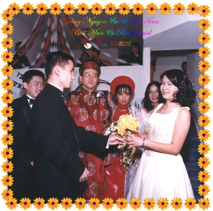 {Bestman Giang gives the flower to Bridemaid Thu}